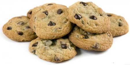 Свежеиспеченные шоколадные печенья с глютеном.