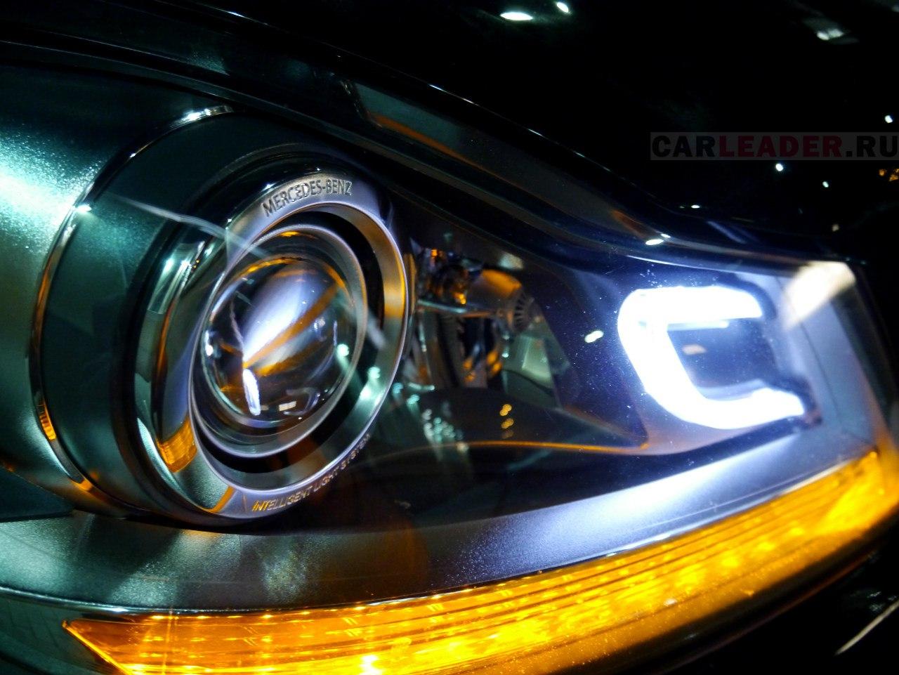 Линзы Mercedes C 2013 умеют не только реагировать на движения рулем, но и включать подсветку поворота.