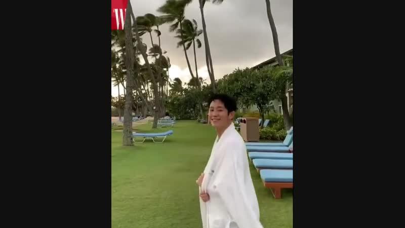 Reposted from @wkorea_man - Wshootingday 대형 마트에 등장한 이 훈남은 누구 더블유 코리아 화보 촬영을 위해 하와이를 찾은 배우 정해인! 촬영 현장이 궁금하다면 @wkorea 에서 비하인드 영