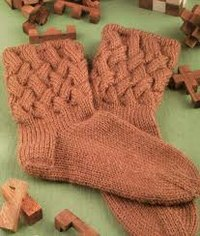 "...цвета, комплект чулочных спиц 2. Плотность вязания: 24 п. х 35 р. = 10 х 10 см. Носки  ""плетенка "" спицами."