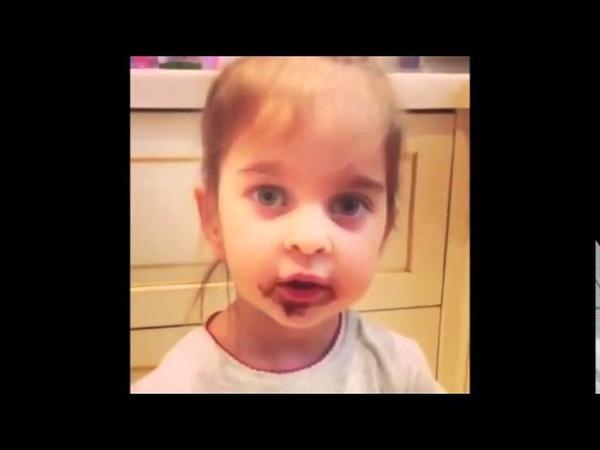 Девочка убеждает маму, что это не она съела все конфеты!