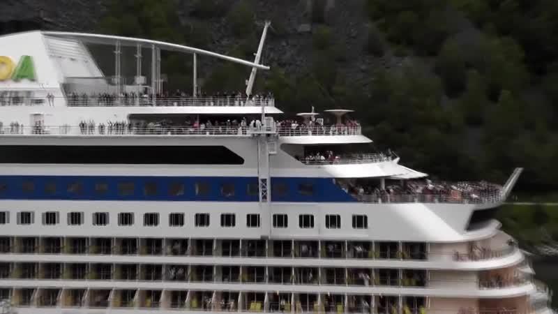Cruise Ship Horn Battle - Aida Blu vs. Cunard Queen Elizabeth