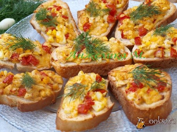 Горячие бутерброды с курицей и помидорами Предлагаю сочные и вкусные горячие бутерброды с курицей, которые можно подать как закуску или для перекуса.