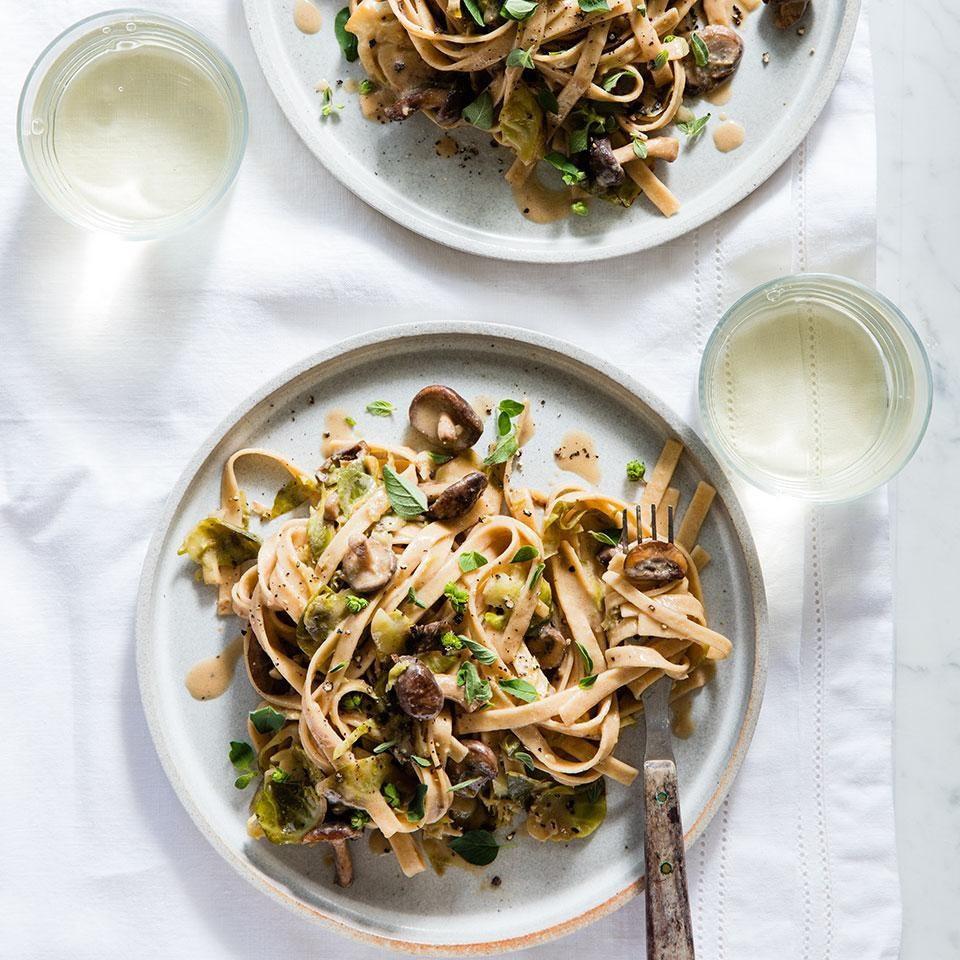 Рецепт ужина, чтобы сбросить вес: Сливочный феттучини с брюссельской капустой и грибами