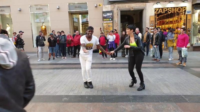 Peruano Pronone bailar salsa Española y el publico de unen Madrid timbera llevando alegria