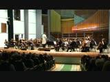 Оркестр исполняет музыку из кинофильма.