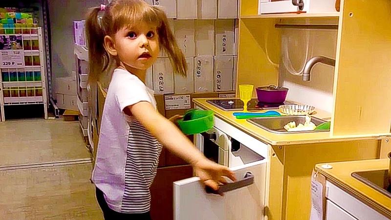 Детская кухня икеа Арина сразу стала играть Kid's kitchen ikea Arina pretended to play immediately