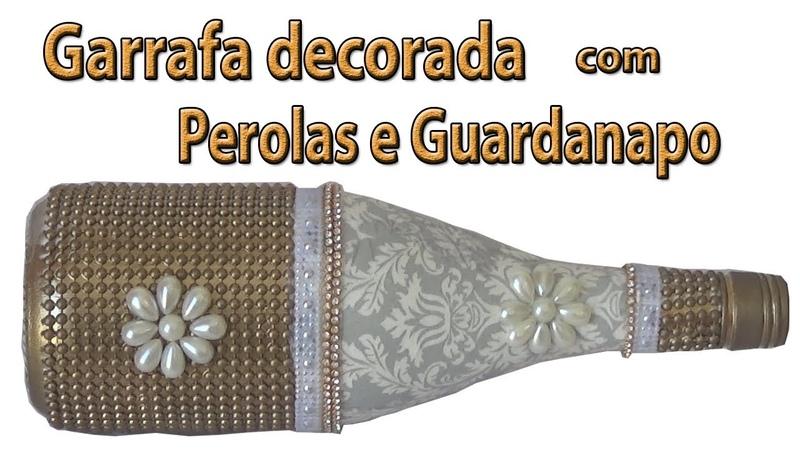 Garrafa decorada com perolas e guardanapo rasgado