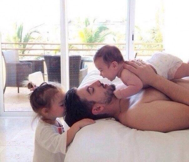 20 фотографий счастливых пап и их новорожденных малышей: ↪