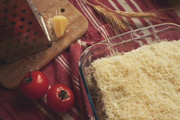 грибная лазанья под соусом бешамель что нужно: 2 ст. л. оливкового масла; 2 среднего размера луковицы; 6 долек чеснока; 450 г. грибов, порезанных пластами; соль; 9 ломтиков пасты для лазаньи