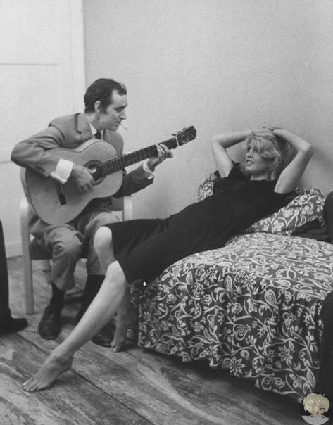 Шахнур Вахинак Азнавурян, более известный как Шарль Азнавур, исполняет песню «Подмосковные вечера» Брижит Анн–Мари Бардо, более известной как Бриджит Бардо.