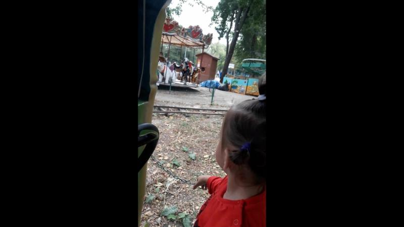 с Кирой катаемся на паравозике в парке им Дурова