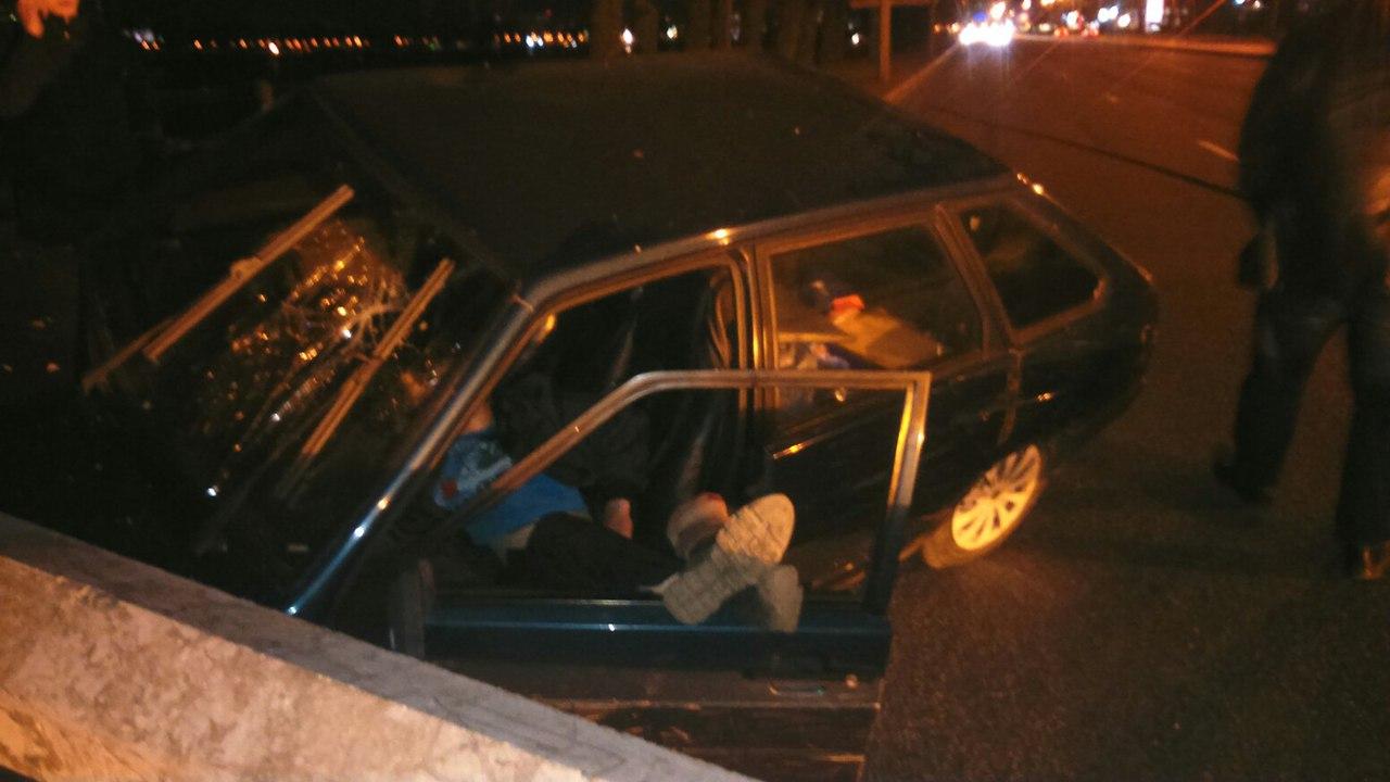Шофёр снес столб вПетербурге илег поспать