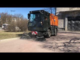 Большие и маленькие улицы Петербурга становятся чистыми в результате весенней уборки