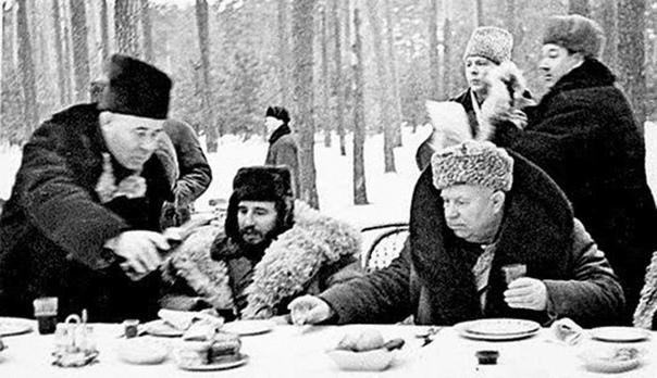 САМЫЕ НЕСТАНДАРТНЫЕ СПОСОБЫ ПОТРЕБЛЕНИЯ ВОДКИ В СССР В Советском Союзе у употреблявших водку странными способами было три основных цели избежать ответственности за пьянство, «если что»,