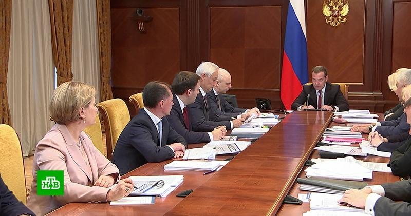 Медведев сообщил о повышении пособия на детей до трех лет
