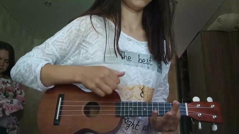 Виктория играет на укулеле в лагере