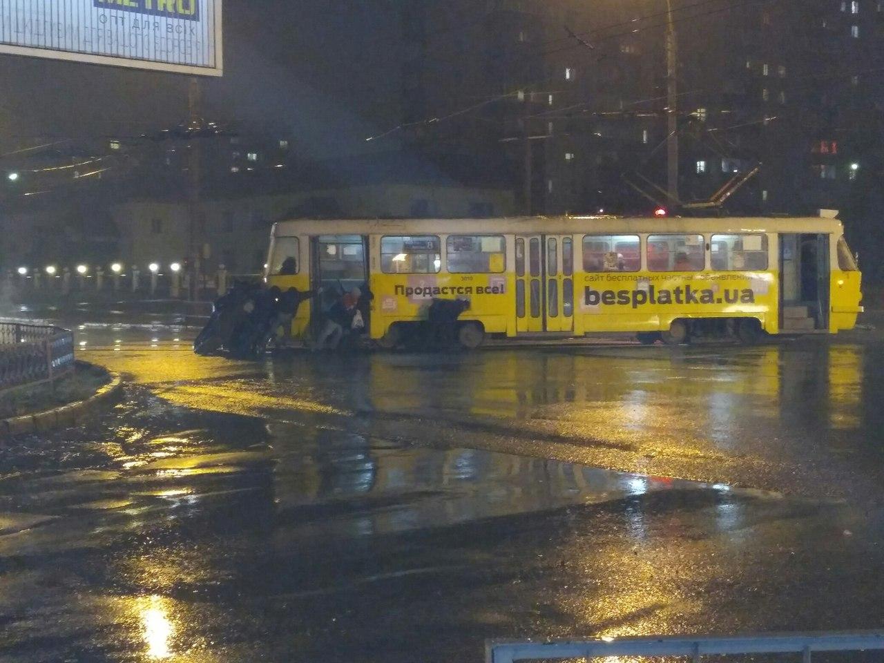 Пассажиры толкали трамвай (ФОТО)