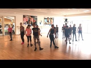 Nederlandse meisjes in de dans