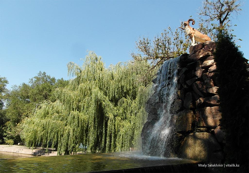 Водопад в Центральном парке Алматы