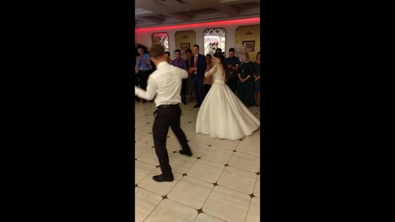 Танец жениха и невесты❤️😍 простите что дёргаю камерой😁 кайфовала вместе с ними❤️ смотреть онлайн без регистрации