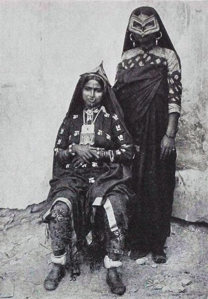 Арабские женщины в традиционных масках начала 20 века