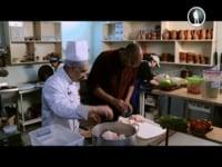 Шеф повар ресторана DALMA GARDENS Сосо Мамулашвили готовит хаш