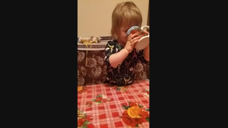 Пока папа отвлекся на телефонный звонок, чай был допит, а пироженка съедена)