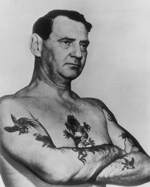 Датский король Фредерик IX (с 1947 по 1972 , который по молодости во время службы на флоте сделал себе несколько похабных татуировок.Позже он обратился в один из самых знаменитых в мире салонов