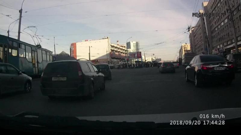 Новосибирск, еду по кольцу прямо, а тут раз бешанный маршрутник. Везде хватает таких кадров!