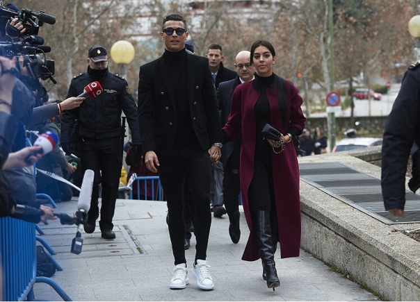 Мадридский суд приговорил Криштиану Роналду к штрафу и тюремному сроку за неуплату налогов В последнее время имя 33-летнего Криштиану Роналду все больше связывают именно со скандалами. Впрочем,