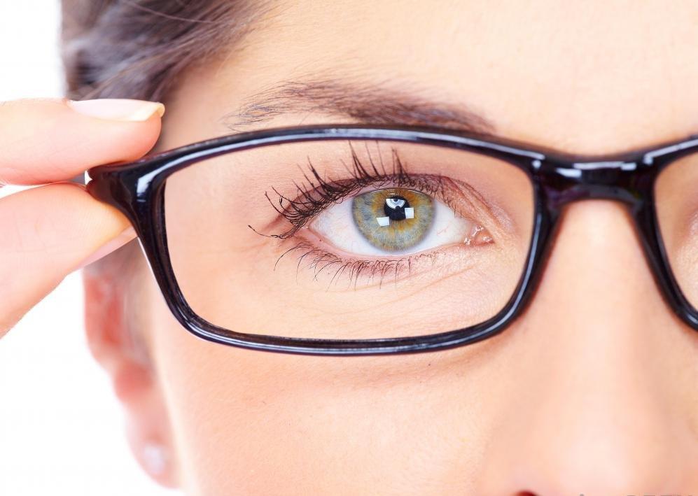 Офтальмологи могут помочь человеку определить лучший вид корректирующих очков, чтобы исправить проблемы со зрением.
