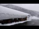 Я собираюсь стукнуть снегом по крыше и сбросить его. 屋根の雪を叩いて落としてみる