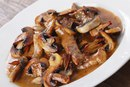 Нежная говядина с соусом и грибами
