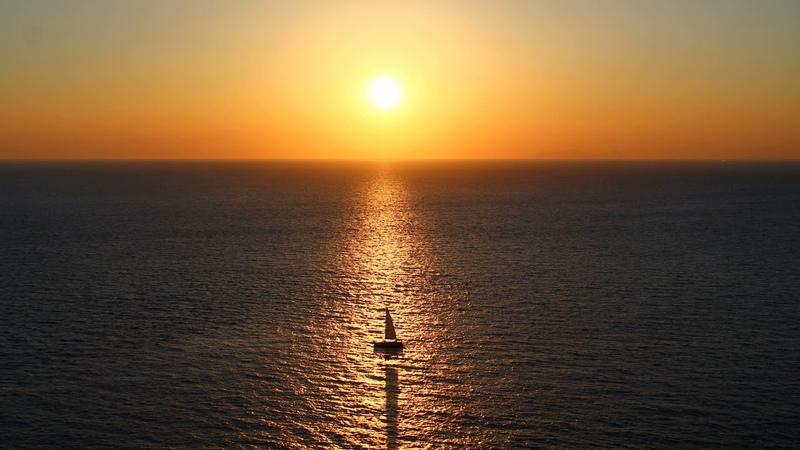 Картинка океан. Море, парусник, горизонт.