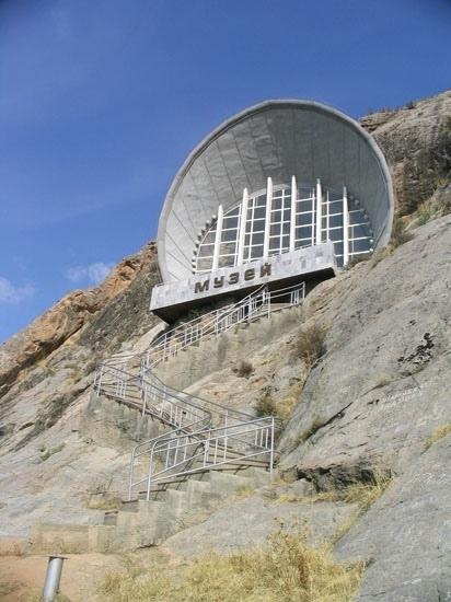 Сюрреалистично. Историко-этнографический музей в скале. Киргизия, гора Сулайман-Тоо