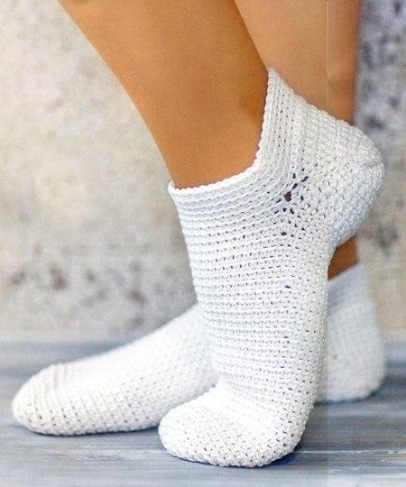 Белые носочки, связанные крючком (1 фото) - картинка