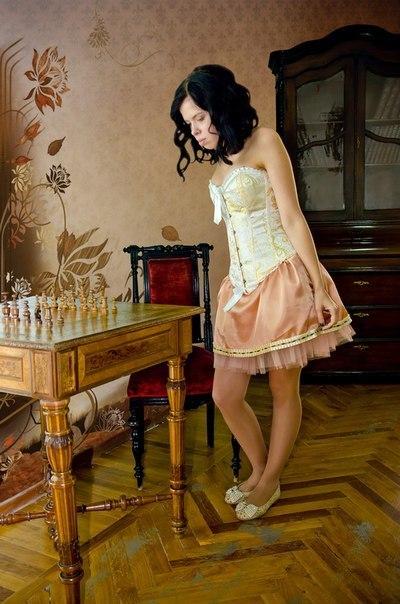 Девушка в старинном корсете
