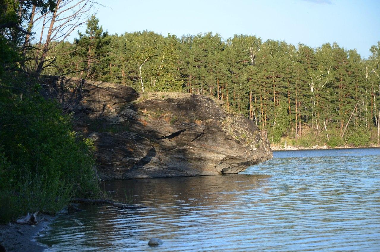 на озере Большое Миассово есть такая скала (06.11.2014)