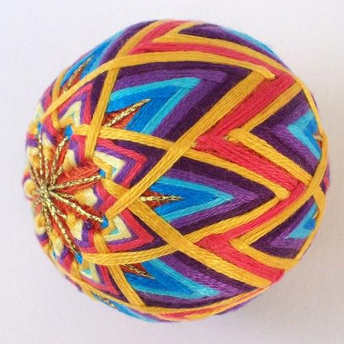 Многоцветный шар темари.