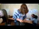 девки сошли с ума, дерутся во время урока)