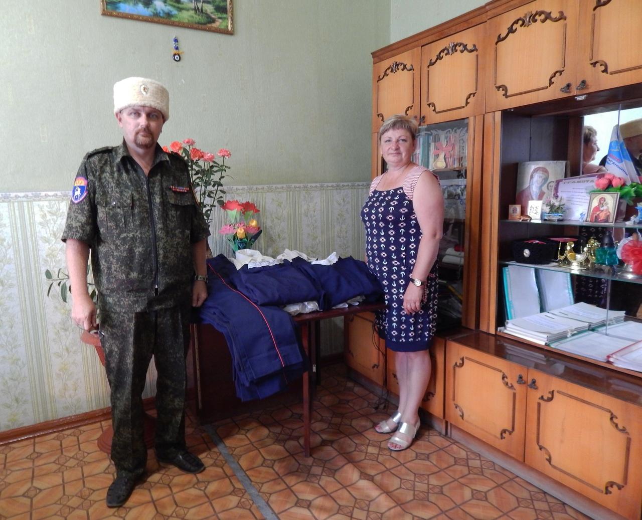 Казаки ЛОДК ВВД передали подшефному классу казачью форму