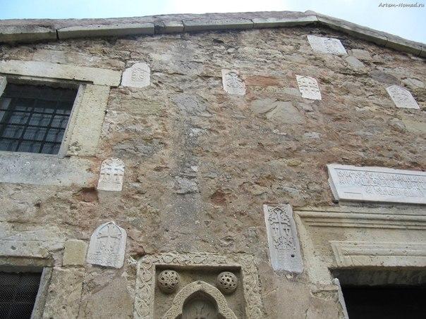 Каменные плиты в храме Сурб Саркіс