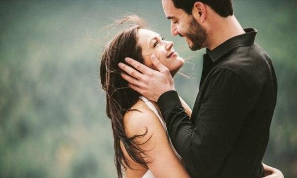 Однажды молодой человек поинтересовался у мудрого человека: — Как у вас получается сохранять семейное счастье? Вы с женой никогда не ссоритесь, все вас уважают и ходят к вам за советами. В чем секрет? Мудрец улыбнулся и окликнул свою жену. В комнату вошла улыбающаяся и красивая женщина. Кажется, она всем своим видом излучала счастье: — Да, дорогой! — Милая, приготовь, пожалуйста, тесто для пирога. — Хорошо! Она вышла и через 20 минут пришла сказать, что тесто готово. — Добавь в него самое…