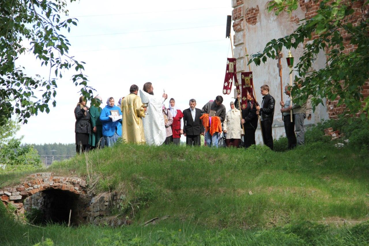 Отец Валерий и прихожане у западной стены (04.07.2014)