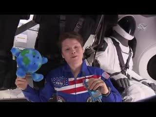Первое видео из SpaceX «Crew Dragon» после стыковки с Международной космической станцией