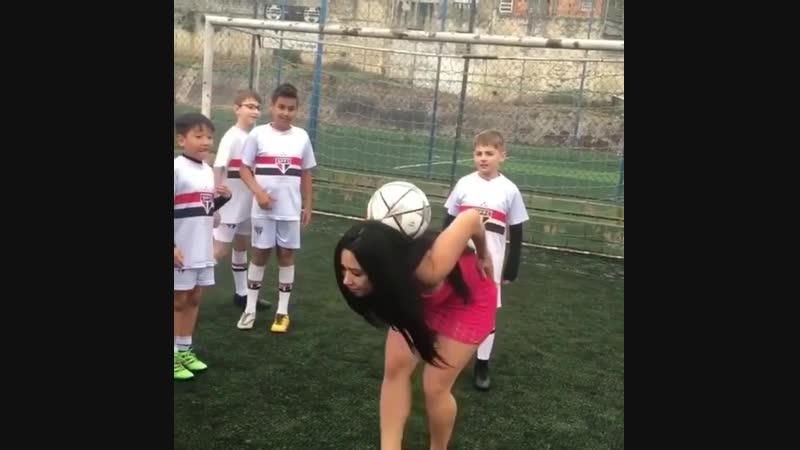 Девушка показывает мастер клас