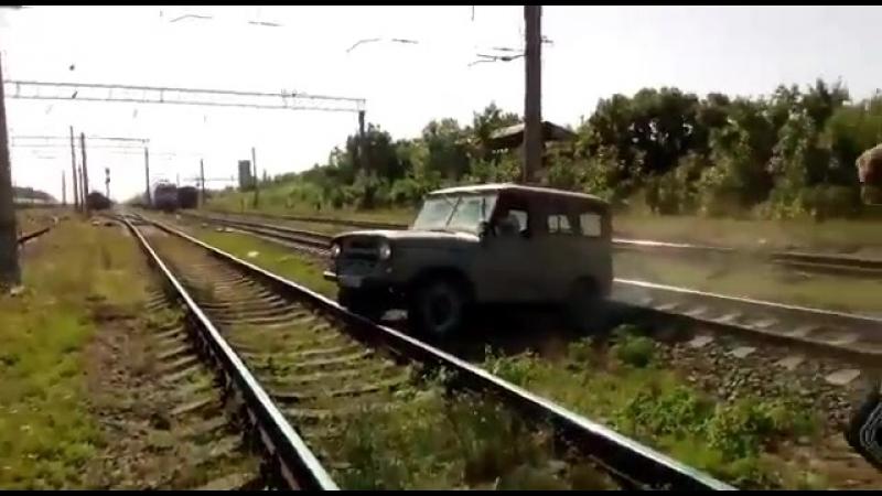 Поезд сбивает УАЗ