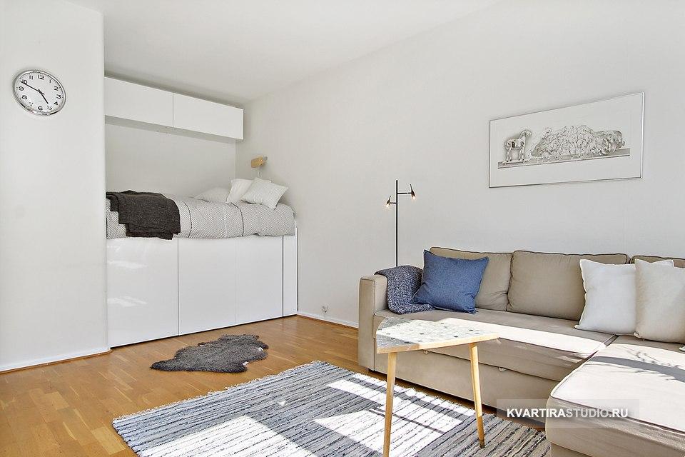 Гостиная-спальня: высокие кровати с ящиками с размещением в нише - http://kvartirastudio.