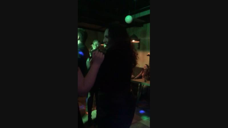 Дэвушка танцует:)